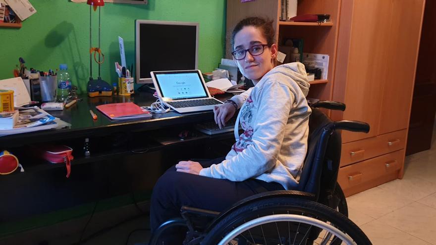 Sara, con espina bífida, se ha sacado la carrera gracias a poder hacer los desplazamientos con asistente personal.