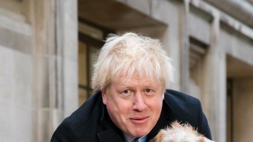 Boris Johnson con su perro tras votar este jueves.