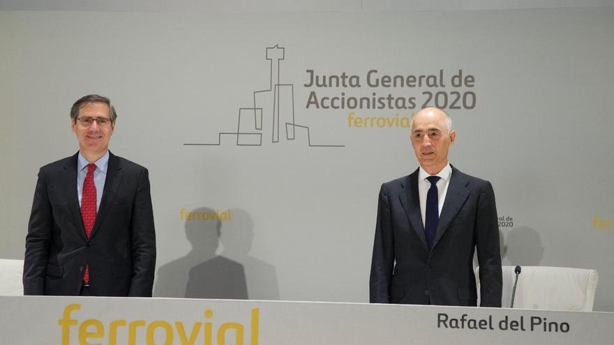 El presidente de Ferrovial, Rafael del Pino, y el consejero delegado del grupo, Ignanio Madridejos, ante la junta de accionistas del grupo, celebrada de forma telemática