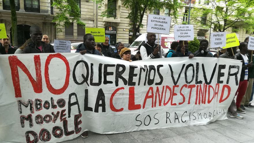 Manteros concentrados frente a la Oficina de Extranjería de Bilbao este jueves