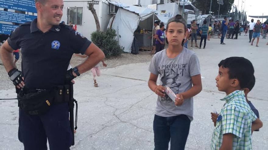 Un agente, en el campamento de Lesbos