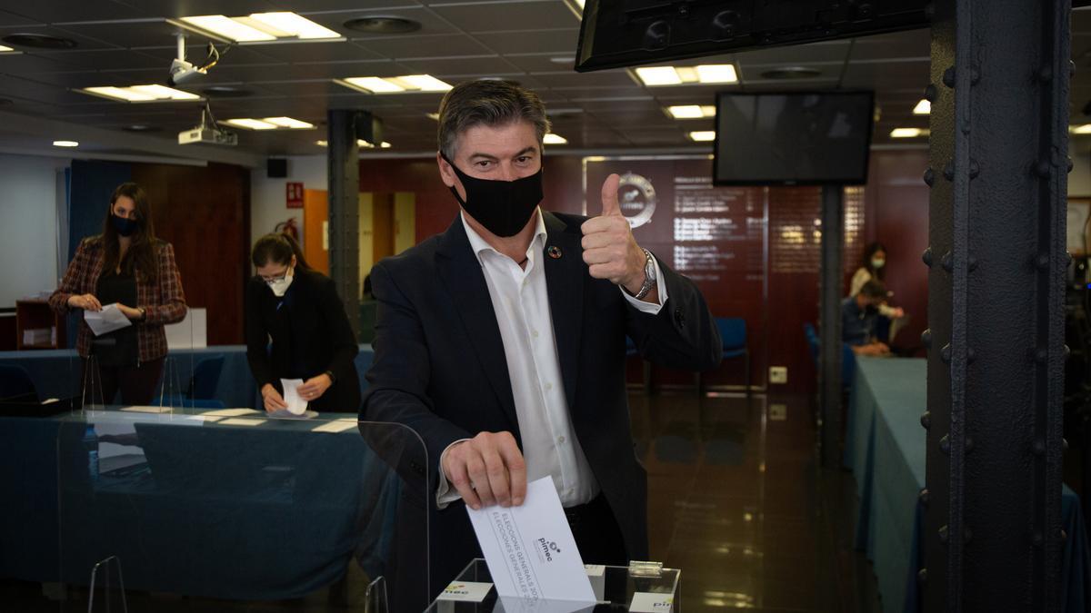 Antoni Cañete, el nuevo presidente, votando en la sede de Pimec este martes