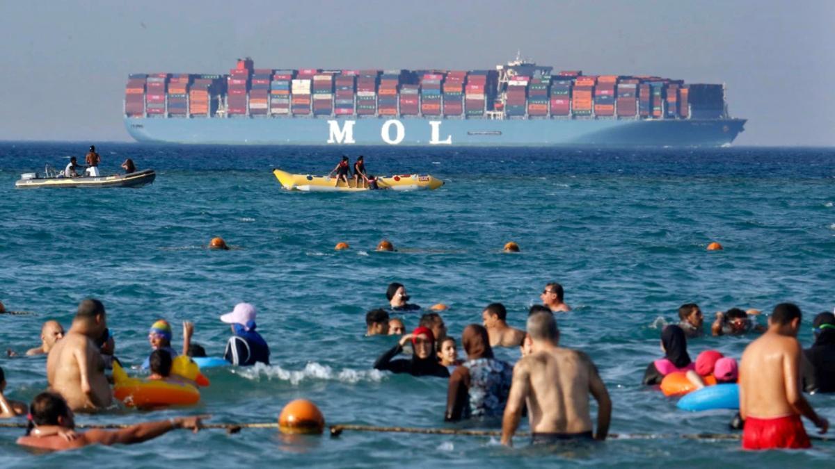 Buque portacontenedores en las proximidades del canal de Suez. / Foto Amr Nabil