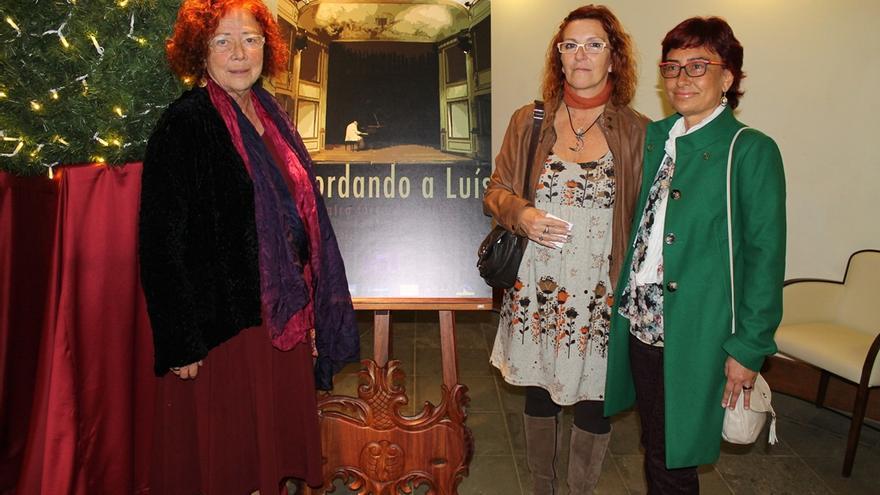 En la imagen, Concha Capote, viuda de Luis Cobiella, y sus dos hijas