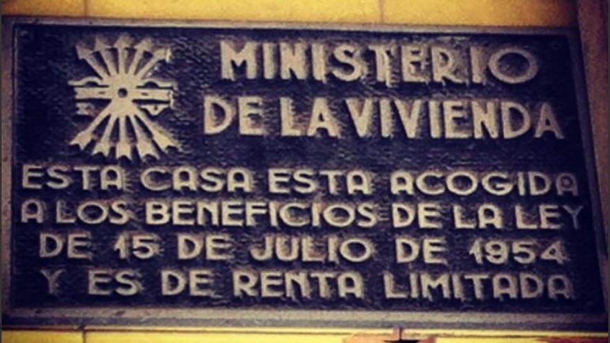 Placa falangista en un edificio de viviendas/ @chefidiaz