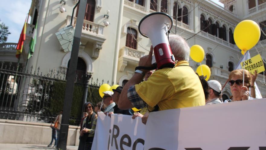 Manifestantes a su paso por la Subdelegación del Gobierno en Granada