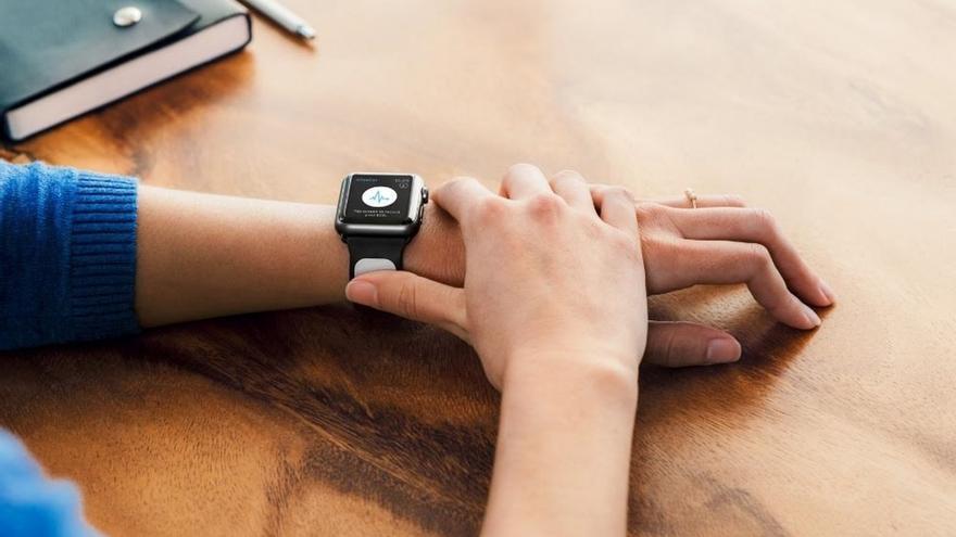 Un empresa cántabra crea un dispositivo para hacer electrocardiogramas con el móvil o un i-watch