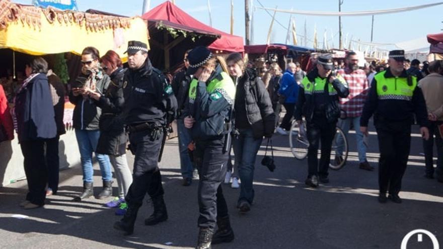 Policías locales ante puestos de venta ambulante   MADERO CUBERO