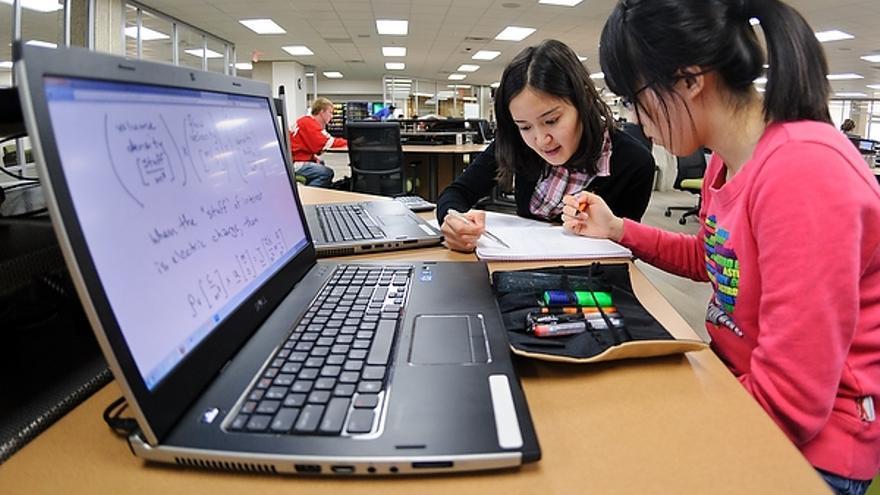 Estudiantes trabajando en la biblioteca de la Universidad.