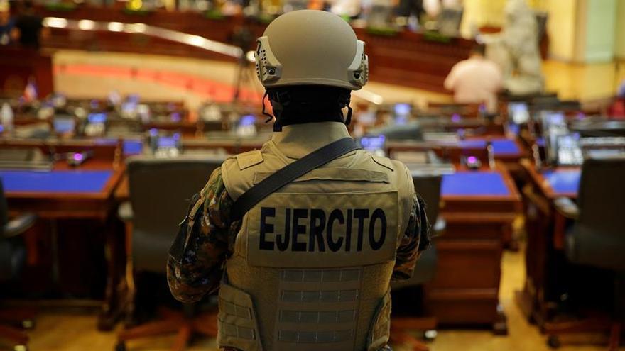 Un militar hace guardia este domingo en el interior del Salón Azul del Palacio Legislativo, en San Salvador (El Salvador).