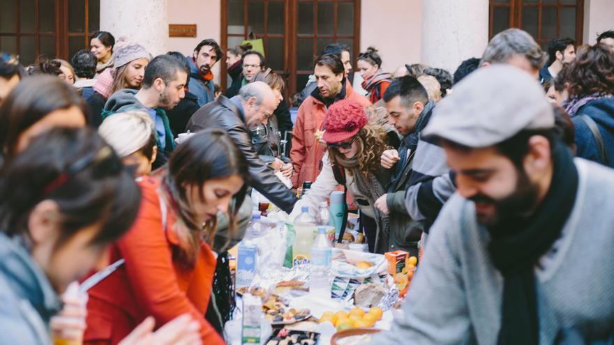Desayuno con Viandantes en el claustro de la Facultad de Teología. Foto: Andrea Serra