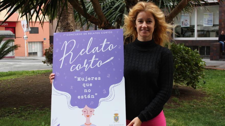Virginia Espinosa con el cartel del certamen.