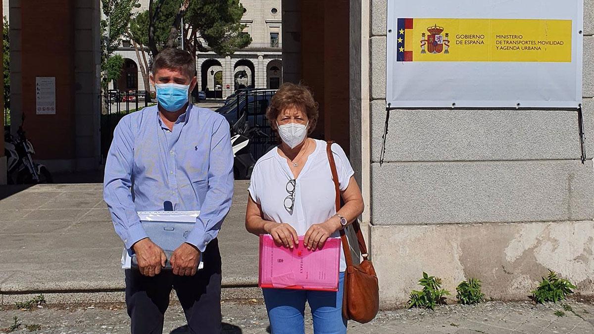 María Sierra Luque y Ramón Hernández ante el Ministerio de Fomento.