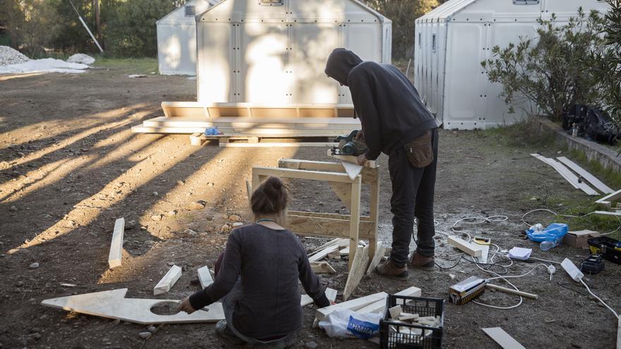 Voluntarios trabajando en la construcción con maderas. Algunas proceden de embarcaciones rotas / Foto: Olmo Calvo