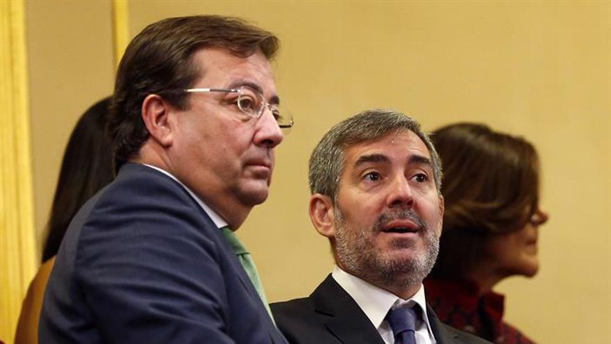 El presidente del Gobierno de Canarias, Fernando Clavijo, junto a su homólogo en Extremadura, Guillermo Fernández-Vara. (EFE)