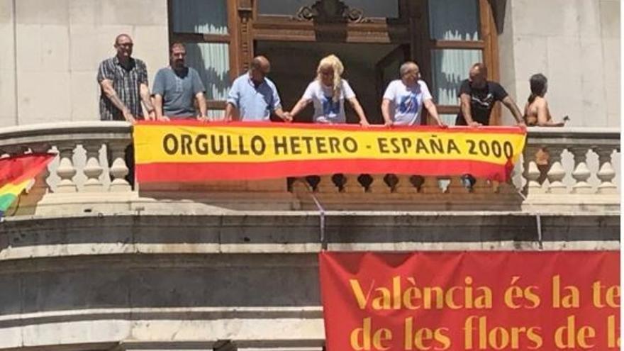 Miembros de España 2000 cuelgan una pancarta en el balcón del ayuntamiento de Valencia