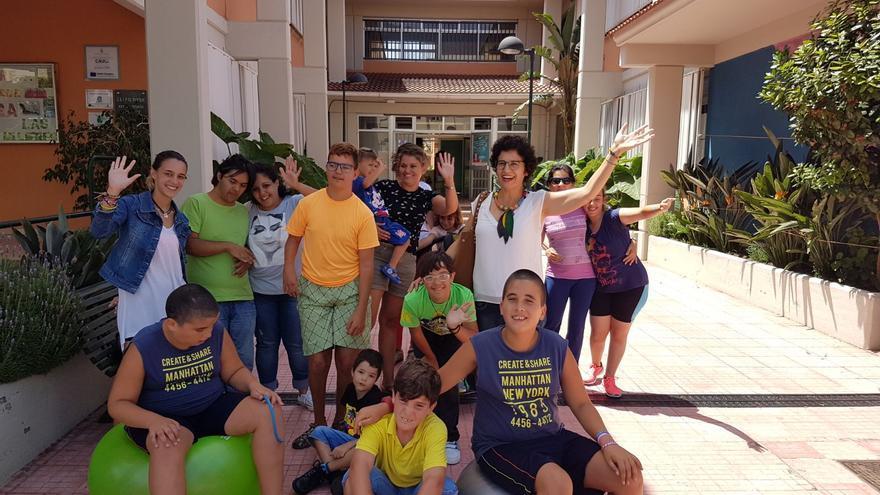 Un momento de la visita realizada por la consejera de Asuntos Sociales del Cabildo de La Palma, Jovita Monterrey, al Servicio Público de Apoyo y Respiro Familiar (SAR)  en el CEIP El Roque.