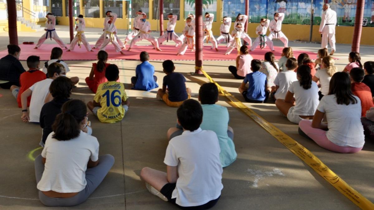Alumnos del colegio El Parque practican kárate