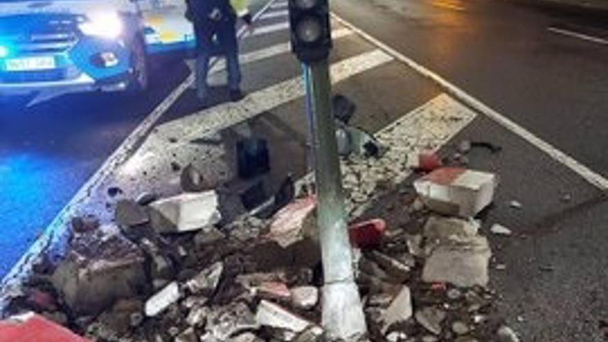 Choca contra un semáforo en Santa Cruz de Tenerife y se da a la fuga