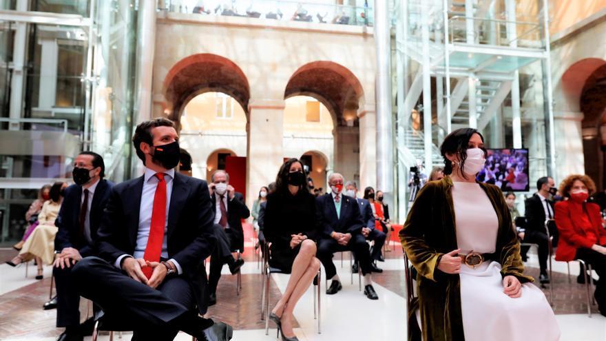 El presidente del PP, Pablo Casado, y la presidenta de la Comunidad de Madrid, Isabel Díaz Ayuso, durante la ceremonia de imposición de Medallas de la Comunidad de Madrid con motivo del Día de la Comunidad de Madrid. En  Madrid, a 2 de mayo de 2021.