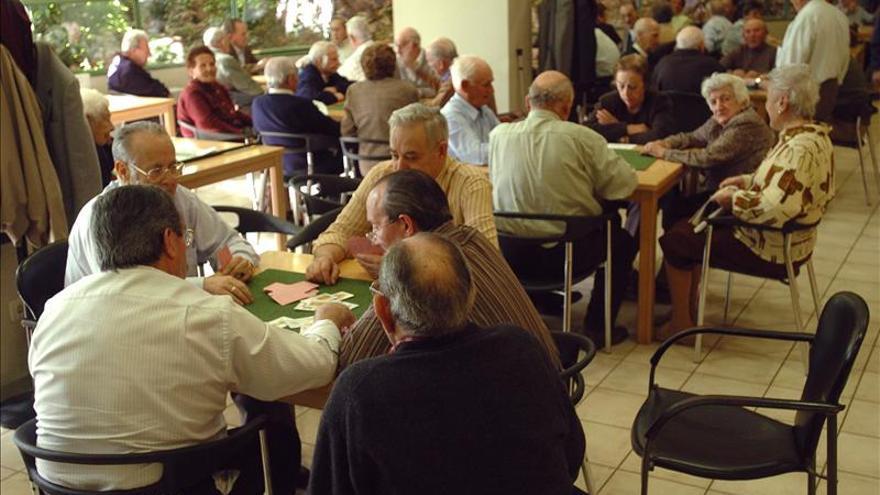 Un grupo de pensionistas en un centro de mayores.