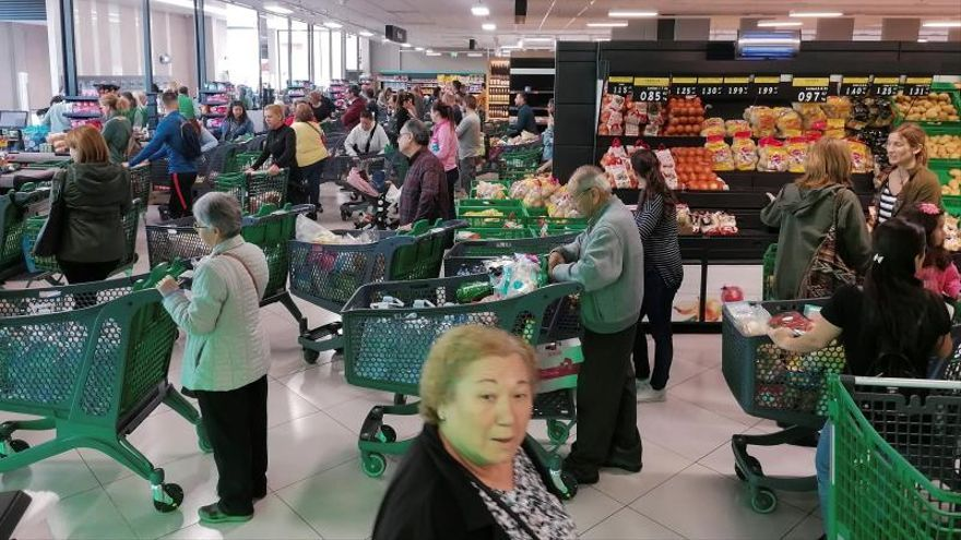 Un supermercado abarrotado.