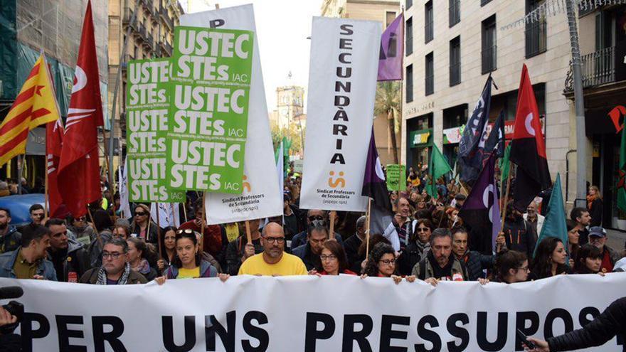 Cabecera de la manifestación de trabajadores y estudiantes que marcha por el centro de Barcelona