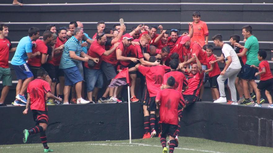 En la imagen, los jugadores del CD Mensajero celebran uno de los goles. Foto: JOSÉ AYUT.