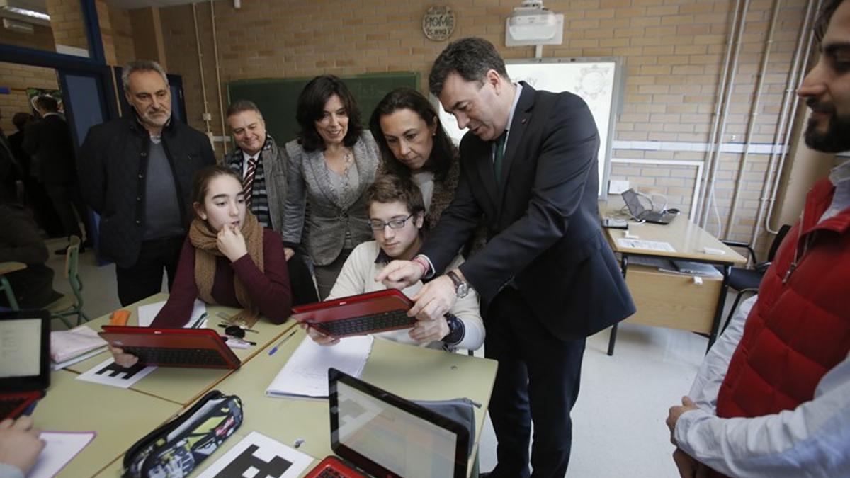 El conselleiro de Educación, Román Rodríguez, durante la entrega de libros digitales a alumnos gallegos, en una imagen de archivo.