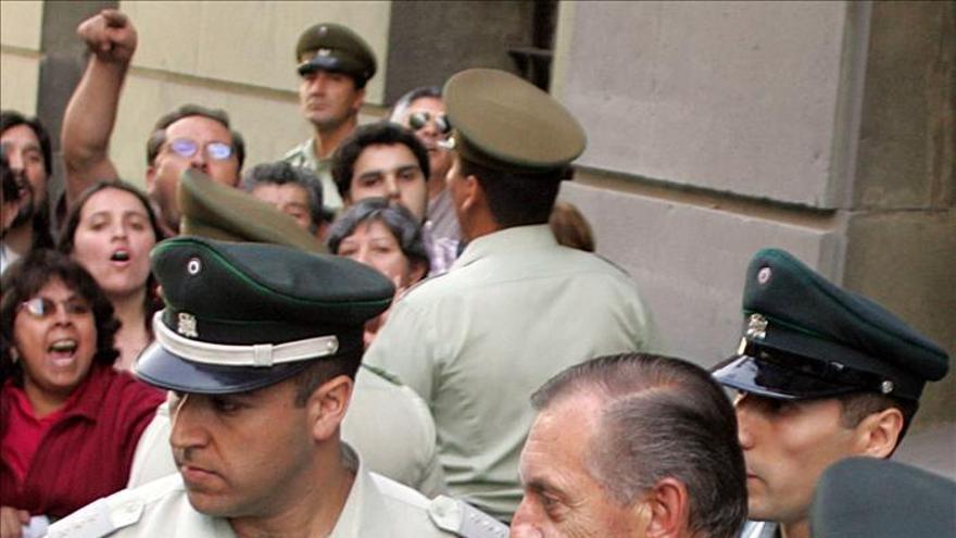 Procesan en Chile a ocho exagentes de Pinochet por el homicidio de un periodista