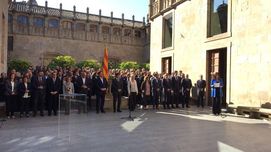 El Govern en pleno durante la lectura del manifiesto del compromiso con el referéndum