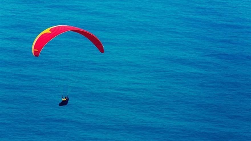 Imagen de archivo con el vuelo de un parapente
