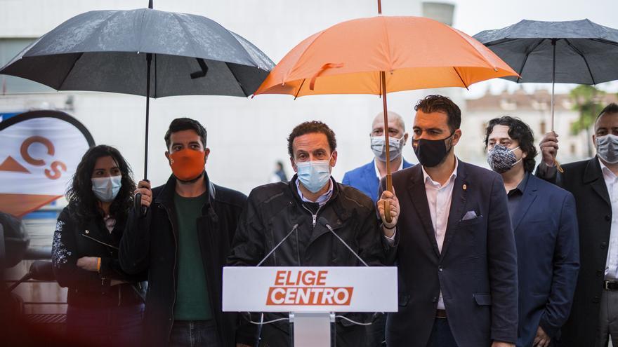 El candidato de Ciudadanos a la Presidencia de la Comunidad de Madrid, Edmundo Bal, atiende a los medios durante una concentración motera en San Fernando de Henares (Madrid).