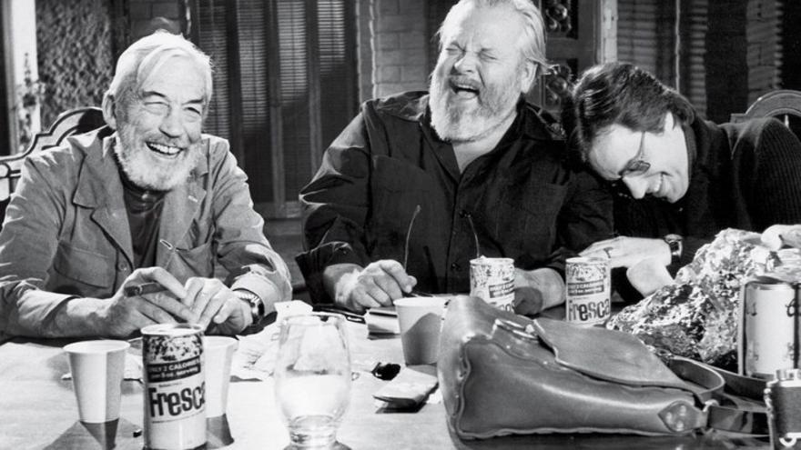 John Huston, Orson Welles y Peter Bogdanovich en el set de 'El otro lado del viento'