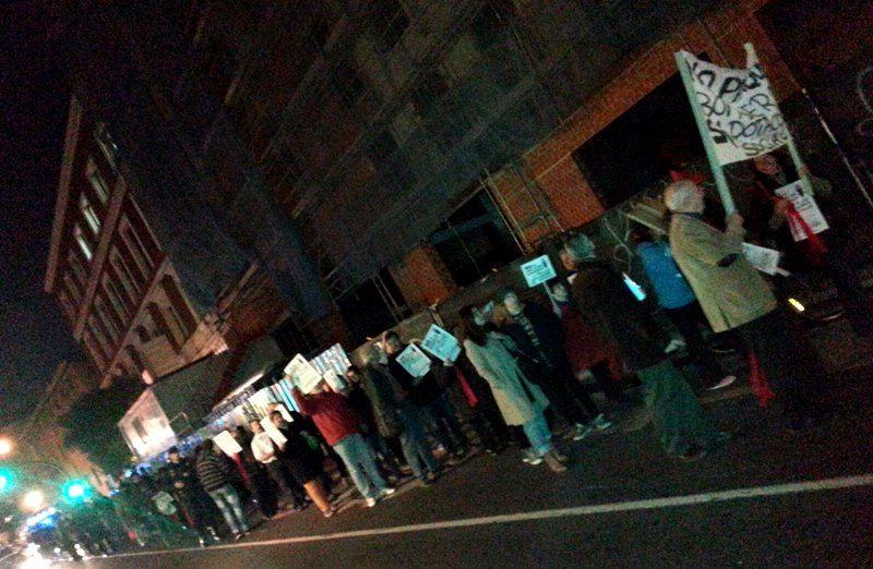 La manifestación, a su paso frente al parque de bomberos de la discordia
