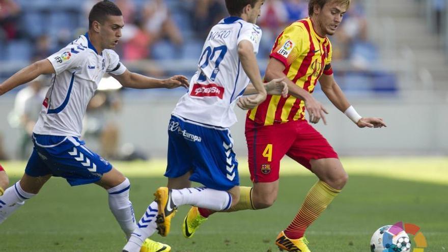 Dos jugadores del CD Tenerife persiguen a un rival del Barcelona B en un partido disputado en ek Heliodoro Rodríguez López. LFP