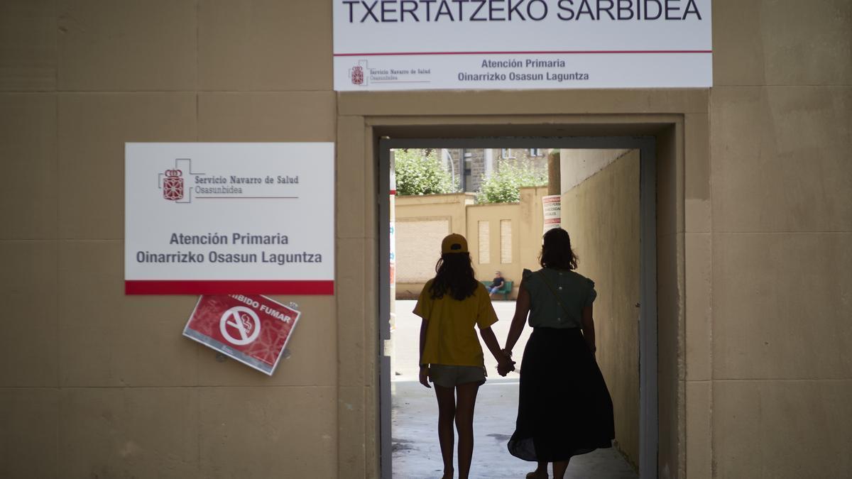 Una madre acude con su hija a un vacunódromo de Pamplona para recibir la vacuna contra la COVID-19