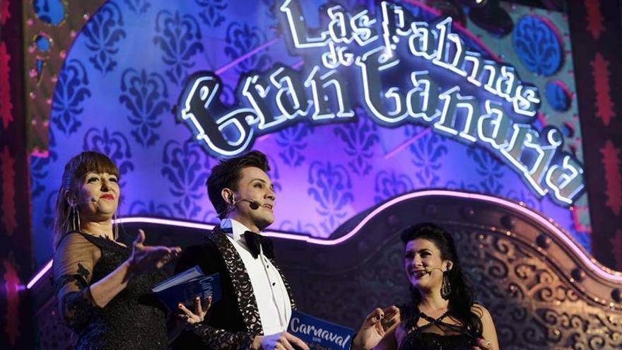 Los presentadores de la gala Drag Queen: Yolanda Ramos (i) y Yaneli Hernández (d), y el actor José Carlos Campos. EFE