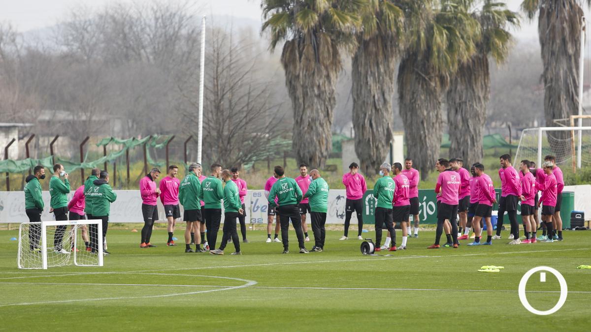 Plantilla del Córdoba antes de un entrenamiento.