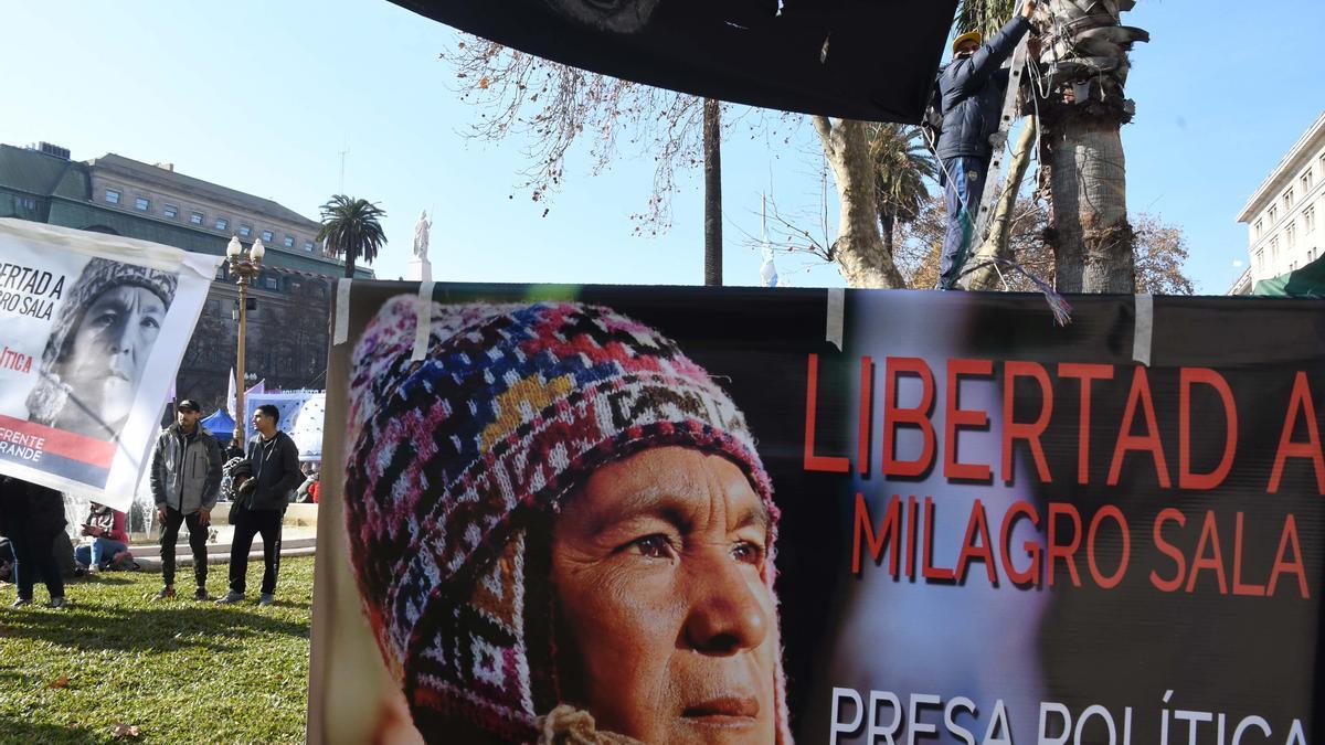 La protesta es organizada por el Comité por la Libertad de Milagro Sala y participan dirigentes y militantes distintos movimientos sociales y políticos.