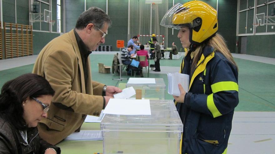 Entrega de votos por correo en una mesa electoral.