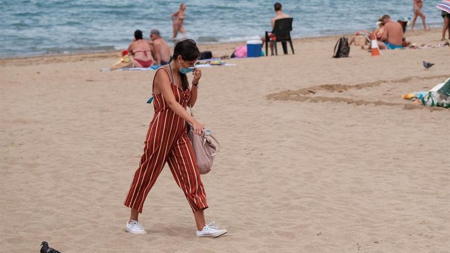 Primer día con mascarilla en la playa. EFE/Carlos de Saá
