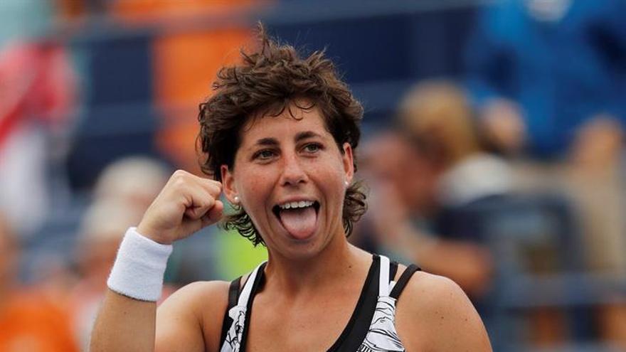 La tenista española Carla Suarez celebra su victoria ante la rusa Elena Vesnina en la sexta jornada del Abierto de Estados Unidos en Flushing Meadows. EFE/John G. Mabanglo