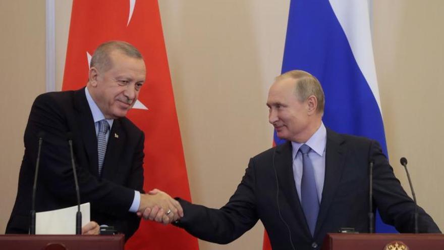 El presidente de Rusia, Vladímir Putin (d), y su homólogo en Turquía, Recep Tayyip Erdogan (i).
