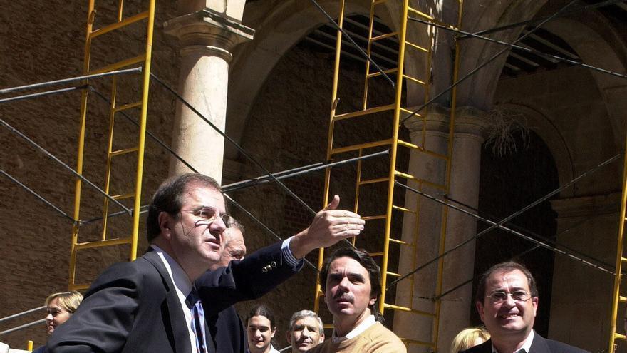 José María Aznar, acompañado de Juan Vicente Herrera, atiende a las explicaciones de los técnicos durante la visita que realizó a las obras de rehabilitación del Palacio Ducal de Lerma en abril de 2002 / Federico Vélez (EFE)