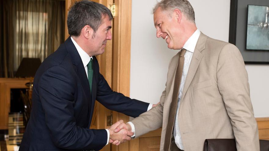 El embajador británico en España, Simon Manley, junto al presidente del Gobierno canario, Fernando Clavijo.