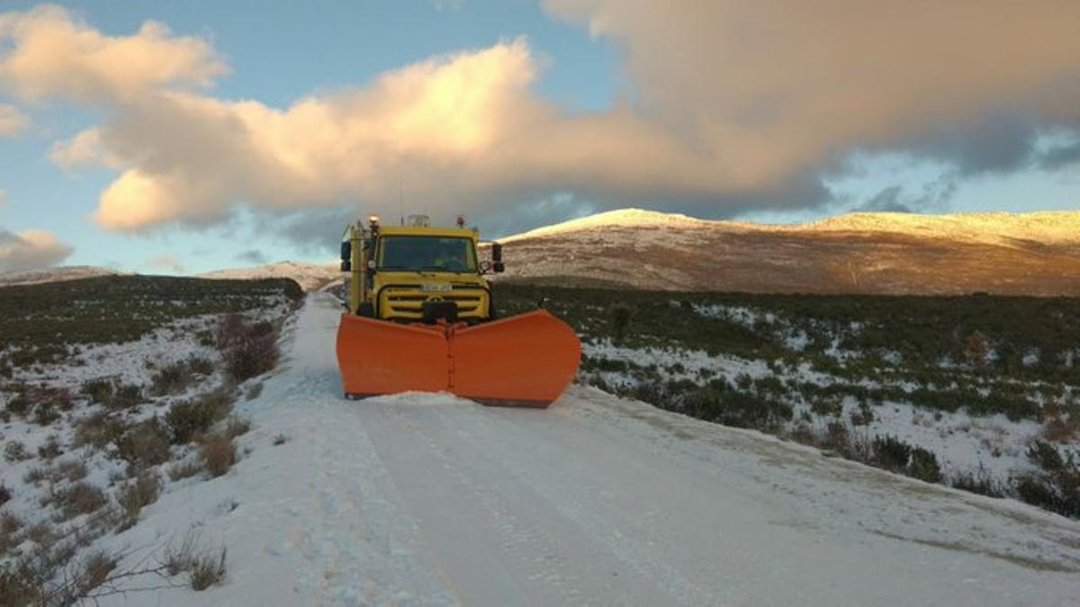 Trabajos de GEACAM quitando nieve