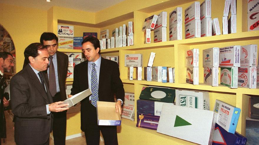 El entonces consejero de Industria, Tomás Villanueva (I) conversa con el director y el presidente de la empresa de embalajes San Cayetano, Alberto y Francisco Esgueva (D), durante su visita a esa empresa en mayo de 1999 / Foto: EFE