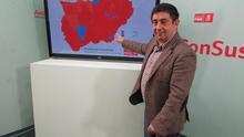 El secretario del PSOE de Jaén, Francisco Reyes, muestra el mapa de resultados en Jaén