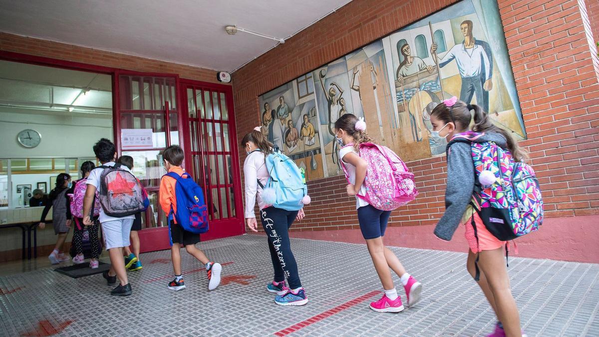 Alumnos a la entrada del colegio en un centro educativo.